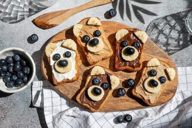 Веселые дети несут тосты с ореховым маслом