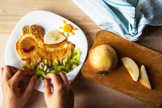 Забавный детский завтрак: блины с фруктами, похожие на черепаху