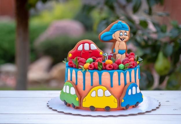 夏の庭でカラフルな車と面白い子供のケーキ