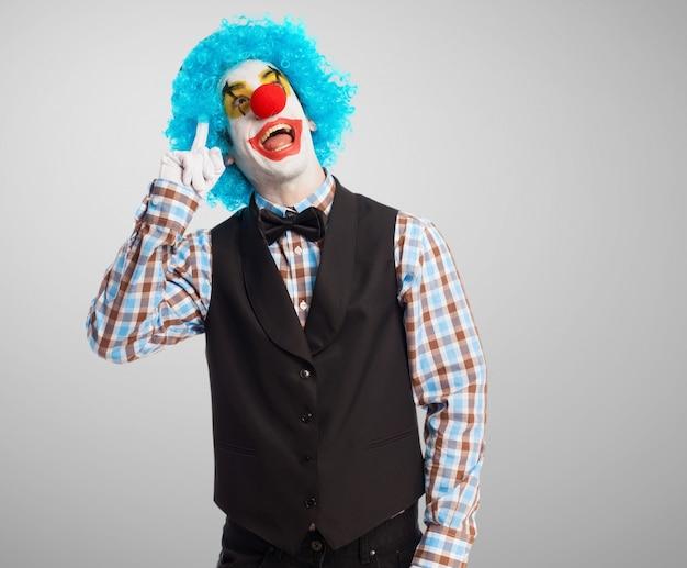 Забавный клоун думает о своем новом трюка