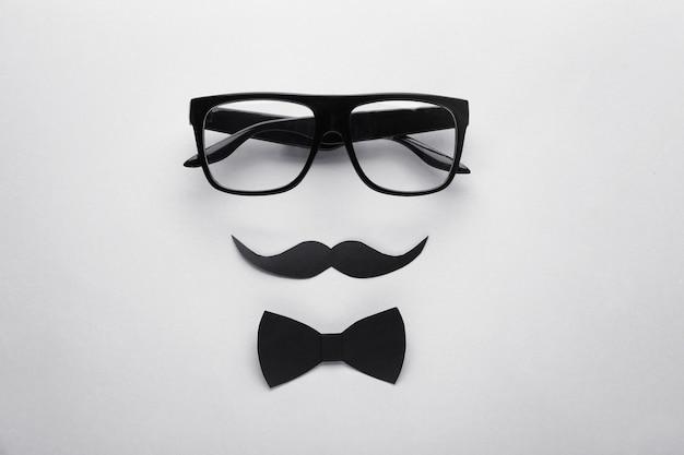 Смешная композиция со стильными очками на свете