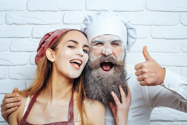 부엌에 얼굴에 밀가루와 함께 재미있는 요리사 몇 베이커