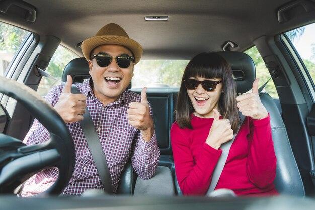 車に座っている面白いカップル