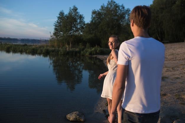 호수에서 오후를 보내는 재미있는 커플