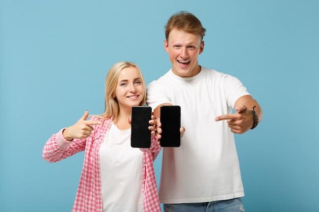 白いピンクのtシャツのポーズで面白いカップル2人の友人の男性と女性