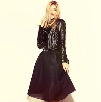 검은 힙 스터 옷을 입고 재미 미친 매력 세련된 섹시 웃는 아름다운 금발의 젊은 여자 모델