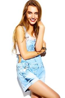 面白いクレイジーグラマースタイリッシュなセクシーな笑みを浮かべて美しい金髪の若い女性モデルの夏の明るいヒップジーンズの布で