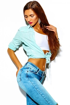 Забавный сумасшедший гламур стильный секси улыбчивый красивый молодой спортивный женщина модель летом яркая хипстерская джинсовая ткань с большими сиськами