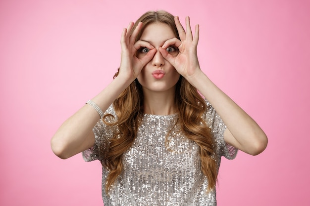 Divertente carina attraente giovane donna europea non ha paura di essere immatura giocosa labbra pieghevoli sciocco spettacolo gl...