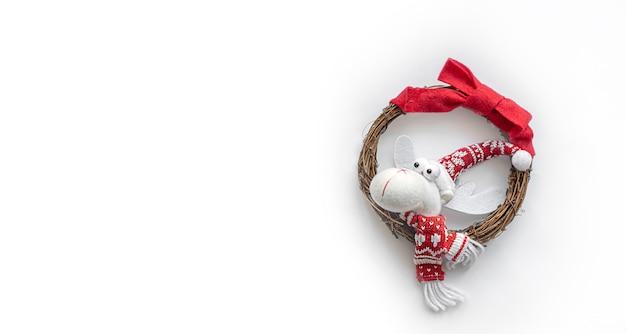 Забавная игрушка голова оленя на белом фоне. рождество и новогодний праздник. плоская планировка, вид сверху, зимний баннер. скопируйте место для текста