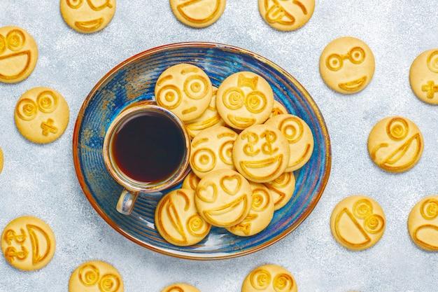 Смешное печенье с разными эмоциями, улыбающееся и грустное печенье