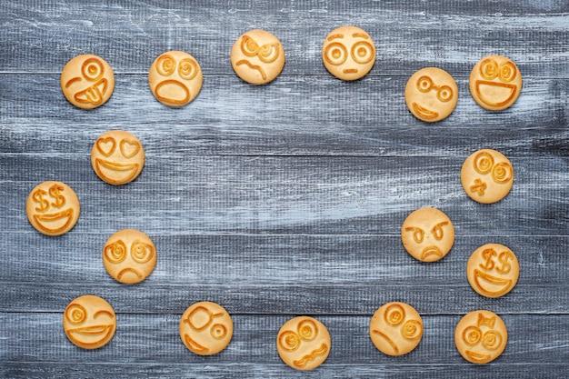 面白いさまざまな感情のクッキー、笑顔と悲しいクッキー