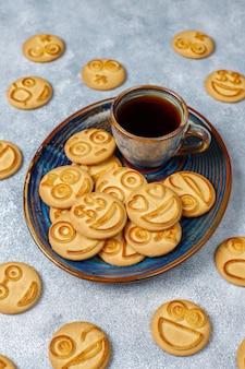 Biscotti divertenti differenti di emozione, biscotti sorridenti e tristi