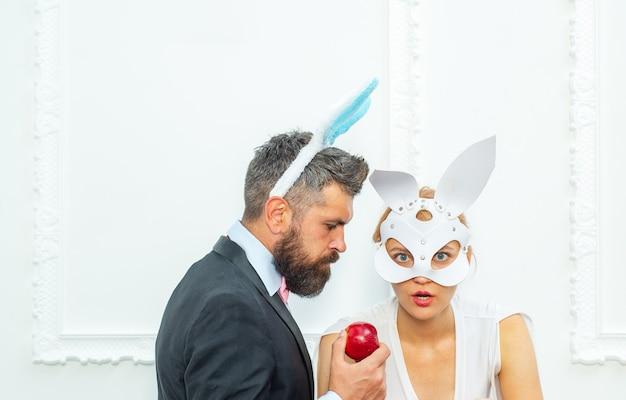 재미있는 부활절 토끼 커플. 행복 한 부활절과 재미있는 부활절 날. 토끼 토끼 귀 의상.