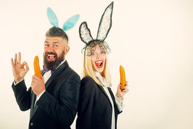Забавный пасхальный кролик. забавная пара в банни ушах. счастливой пасхи и забавного пасхального дня. костюм заячьих ушей.