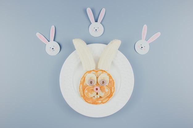 面白いイースターバニーパンケーキ、子供のための朝食。バナナのパンケーキ。