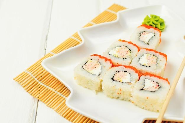 Смешная съедобная елка из суши, креативная идея для японского ресторана на белом столе. . праздник, праздник, концепция искусства еды.