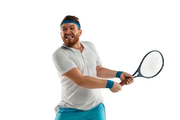 白いスタジオの背景に分離されたプロのテニスプレーヤーの面白い感情、ゲームの興奮