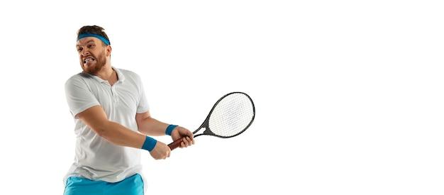 흰 벽에 고립 된 프로 테니스 선수의 재미있는 감정, 게임의 흥분