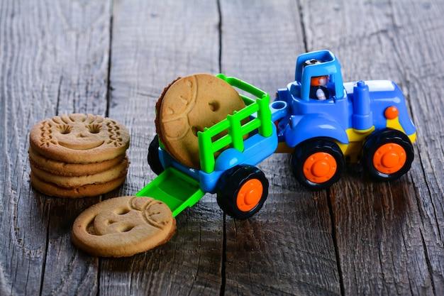 木製の背景に変な顔のクッキー