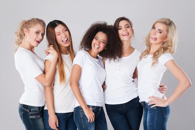 Faccia buffa di donne multietniche