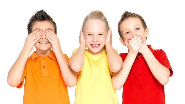 白い背景で隔離の「何も見えない、何も聞こえない、何も言わない...」をしている幸せな子供たちの変な顔