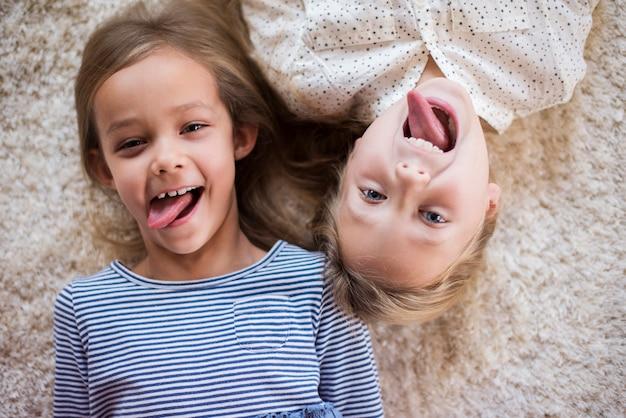 Смешное выражение лица двух симпатичных девушек
