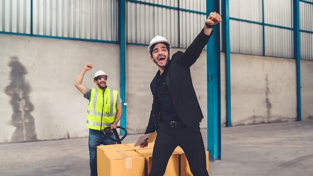 공장에서 재미있는 공장 노동자 춤