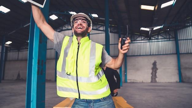 Веселые заводские рабочие танцуют на заводе