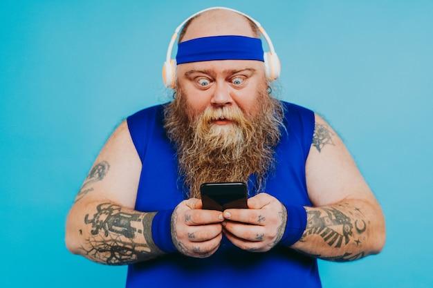 いくつかのスポーツ運動をしている面白い太った男