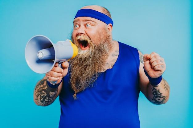 Забавный толстяк делает спортивные упражнения