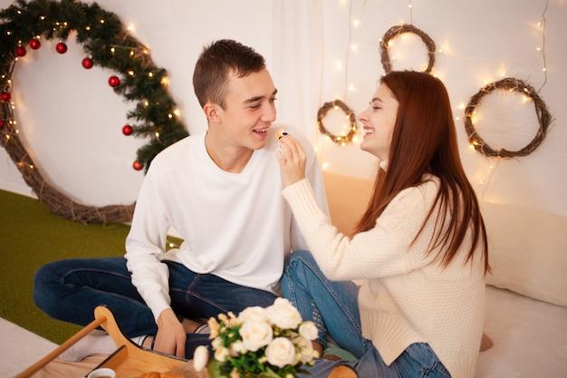 Смешно кормить друг друга. семейный ужин в новогоднюю ночь, завтрак в постель