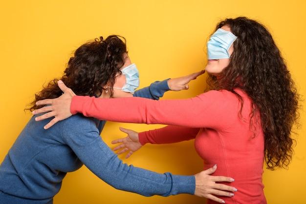 Веселому другу завязывают глаза с маской для лица. понятие путаницы Premium Фотографии