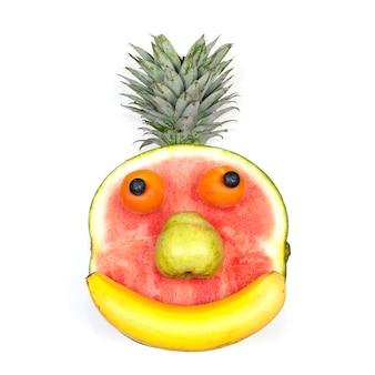 Fronte divertente della frutta isolato sopra priorità bassa bianca