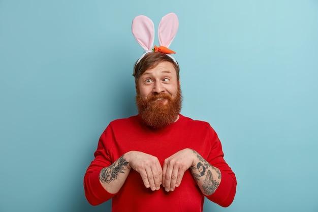 Забавный рыжий человечек прикидывается пасхальным кроликом, сходит с ума, скрещивает глаза
