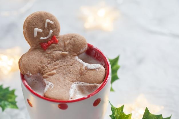 チョコレートのホットカップで面白いジンジャーブレッドクッキー男
