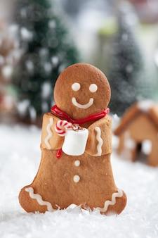 Забавные человечки из пряников с милым снеговиком из зефира