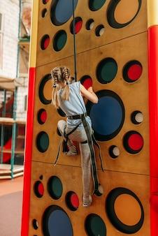 어린이 게임 센터에서 벽을 등반하는 재미있는 여자