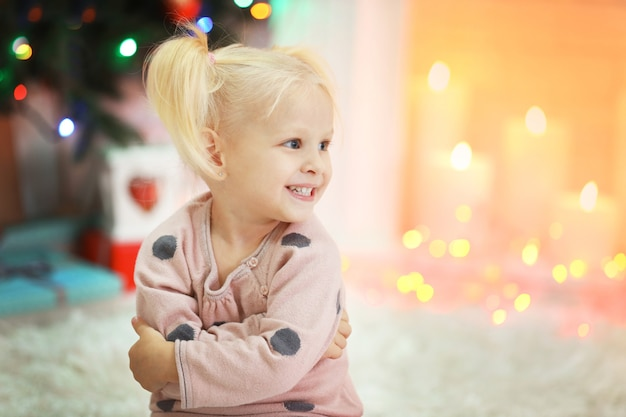 크리스마스 거실에서 재미있는 소녀