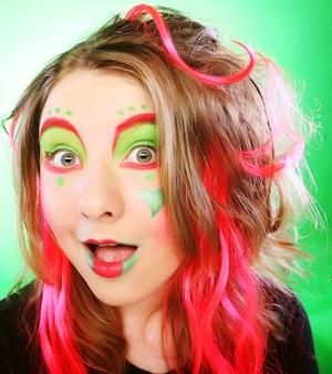 Смешная девочка с сумасшедшим макияжем