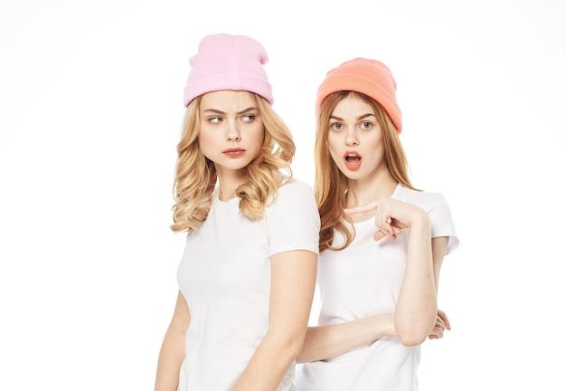 Веселые подружки в белых футболках, модное общение, развлечение