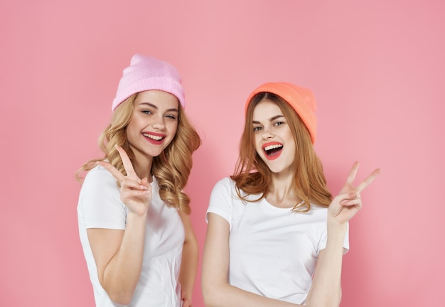 白いtシャツの面白いガールフレンドは、モダンなスタイルの友情をファッションします