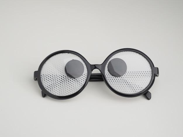 斜視の目を持つ面白いメガネ。