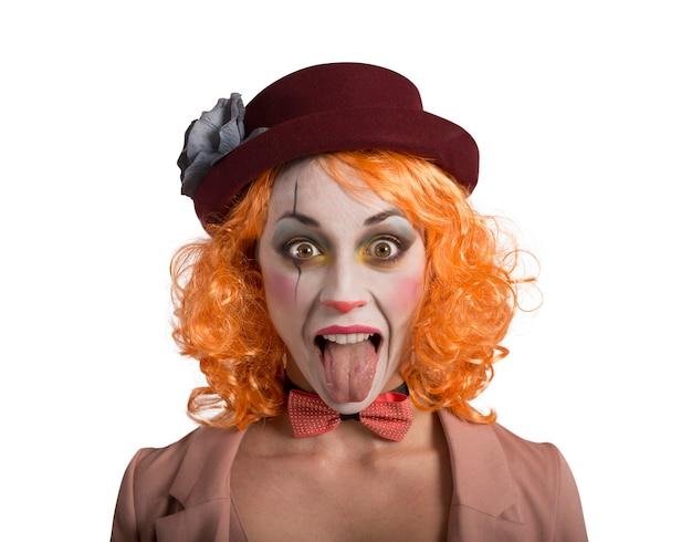 밖에 서 혀로 재미있는 얼굴을 찡 그리기 광대 소녀 소녀