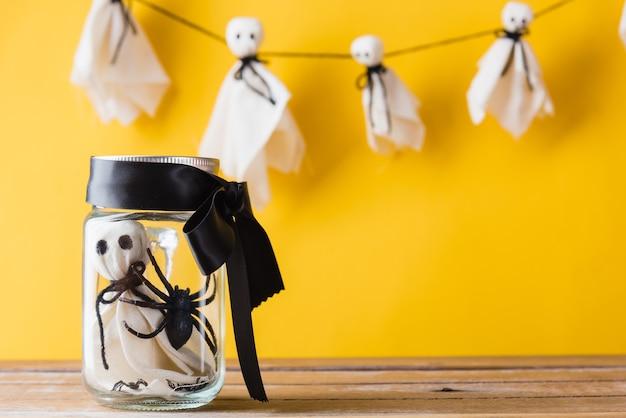 Забавная вечеринка в честь хэллоуина, один детский призрак в стеклянной банке