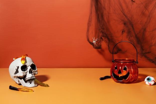 재미있는 할로윈 풍경. 젤리 벌레, 촛대 손전등 잭, 장식 웹 및 거미가 있는 해골