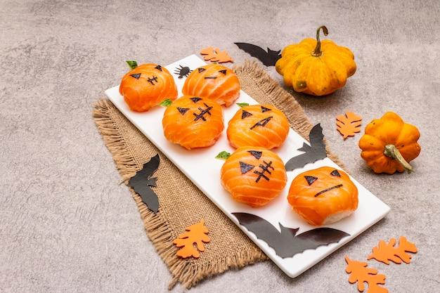 Смешные хеллоуин суши тыквы джек о фонарь, суши монстры. темари суши, суши шарики. здоровая пища для детей