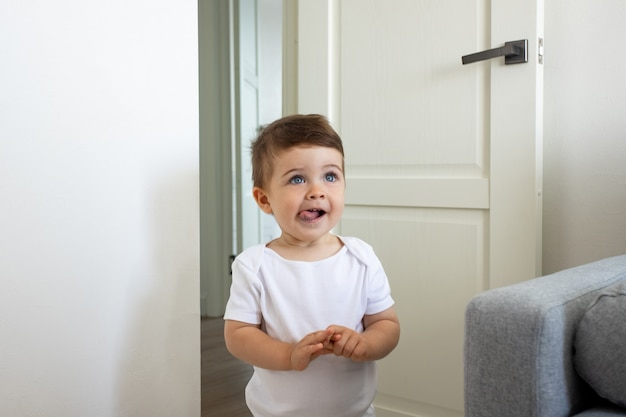 재미있는 행복한 건강한 아기 유아 한 살 집 예쁜 눈 아이들이 놀고 어린 시절