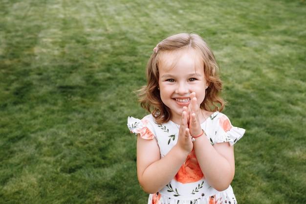 Смешная счастливая маленькая девочка смеется