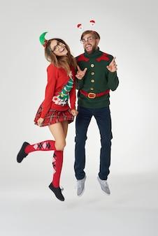 クリスマスカップルの面白いジャンプ